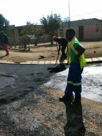Laying asphalt manually.tar surfacing